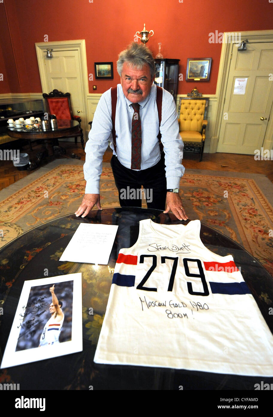 Mayor of Brighton and Hove Cllr Bill Randall with the running vest Steve Ovett wore when he won the Olympic Gold Stock Photo