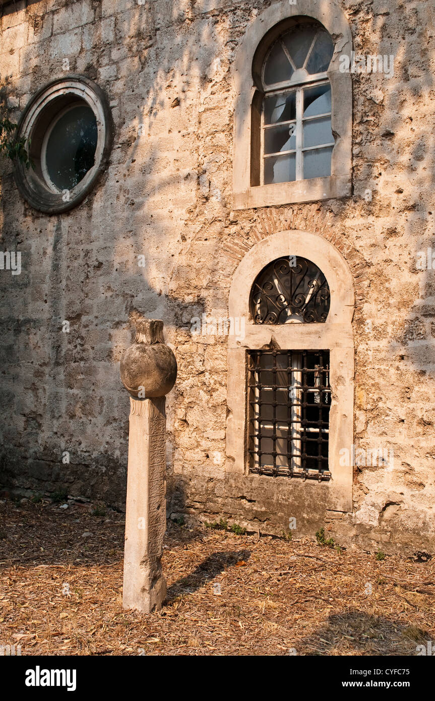 Old mosque with a headstone, Mostar, Bosnia and Herzegovina - Stock Image
