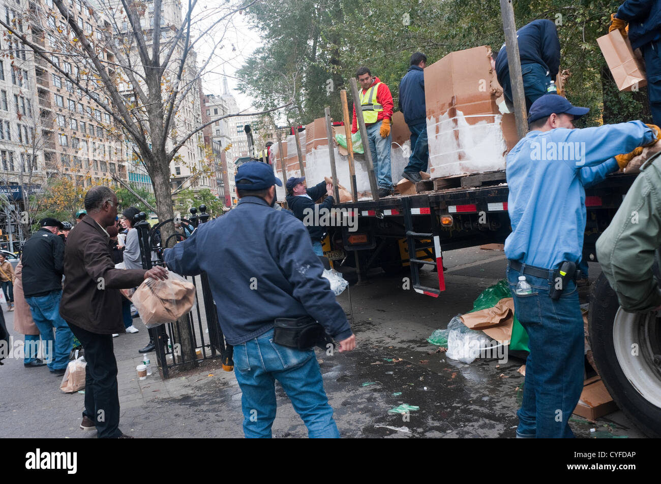 New York, NY -  2 November 2012 Volunteers distribute dry ice to residents of Lower Manhattan who have been left - Stock Image