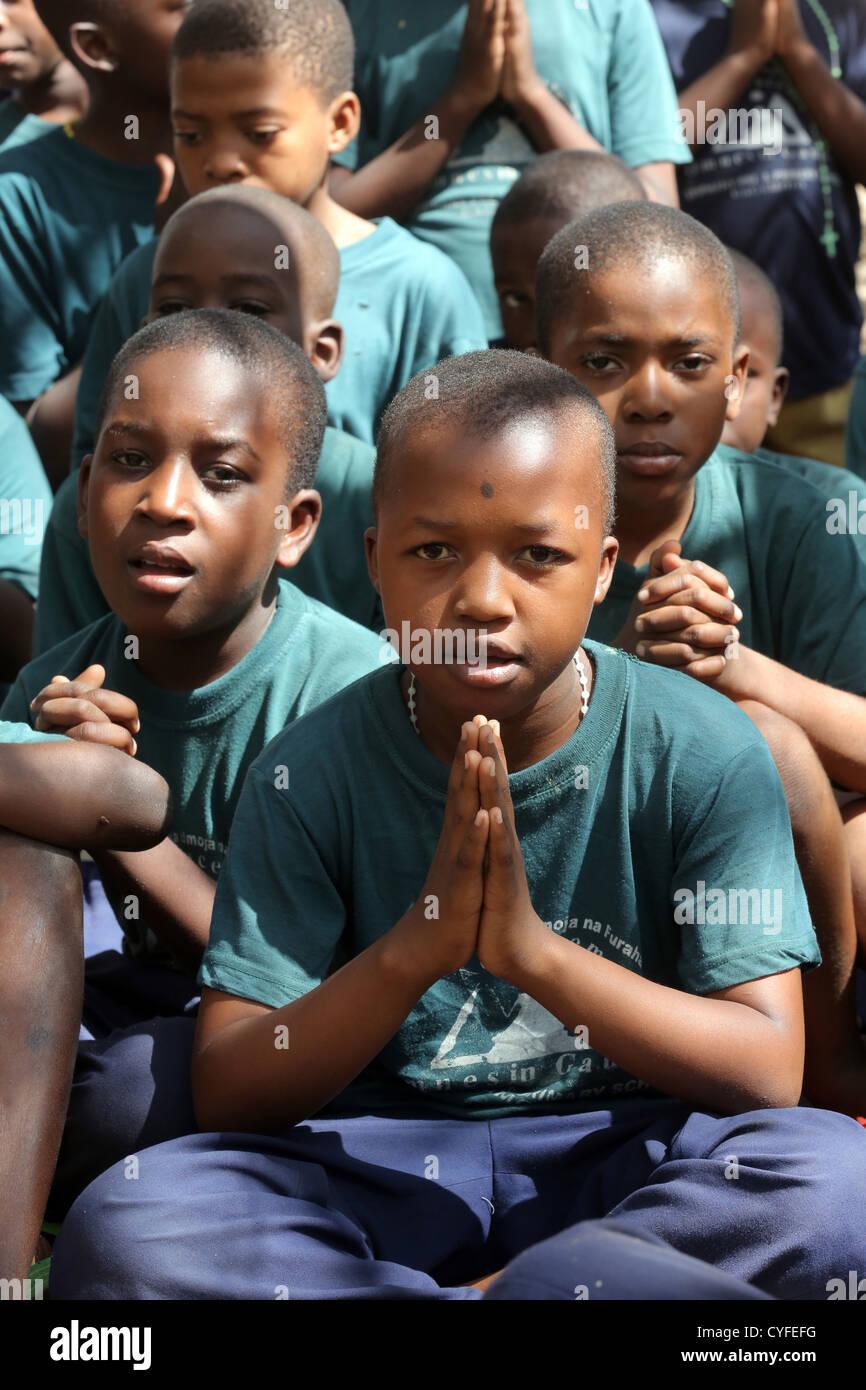 Pupils pray at the end of a catholic religious education. Bagamoyo, Tansania - Stock Image