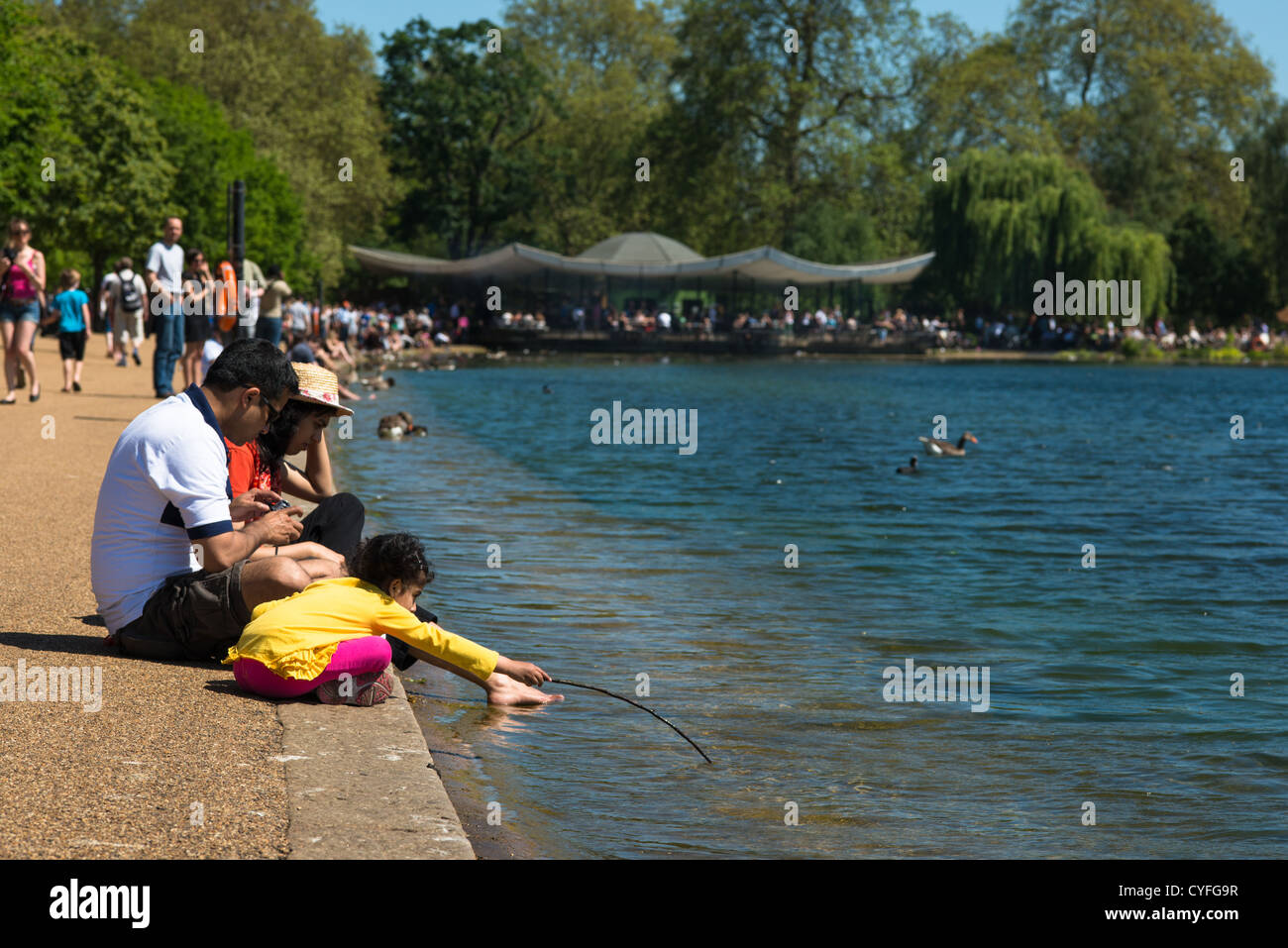 Visitors to Hyde park's Serpentine, London, England. - Stock Image