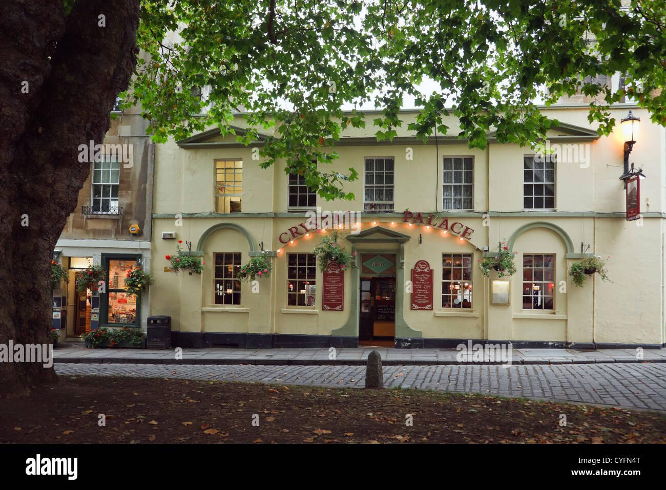 Crystal Palace pub 1780 and Plane tree (Platanus acerifolia) in Abbey Green, Bath, Somerset, England, UK, Britain - Stock Image
