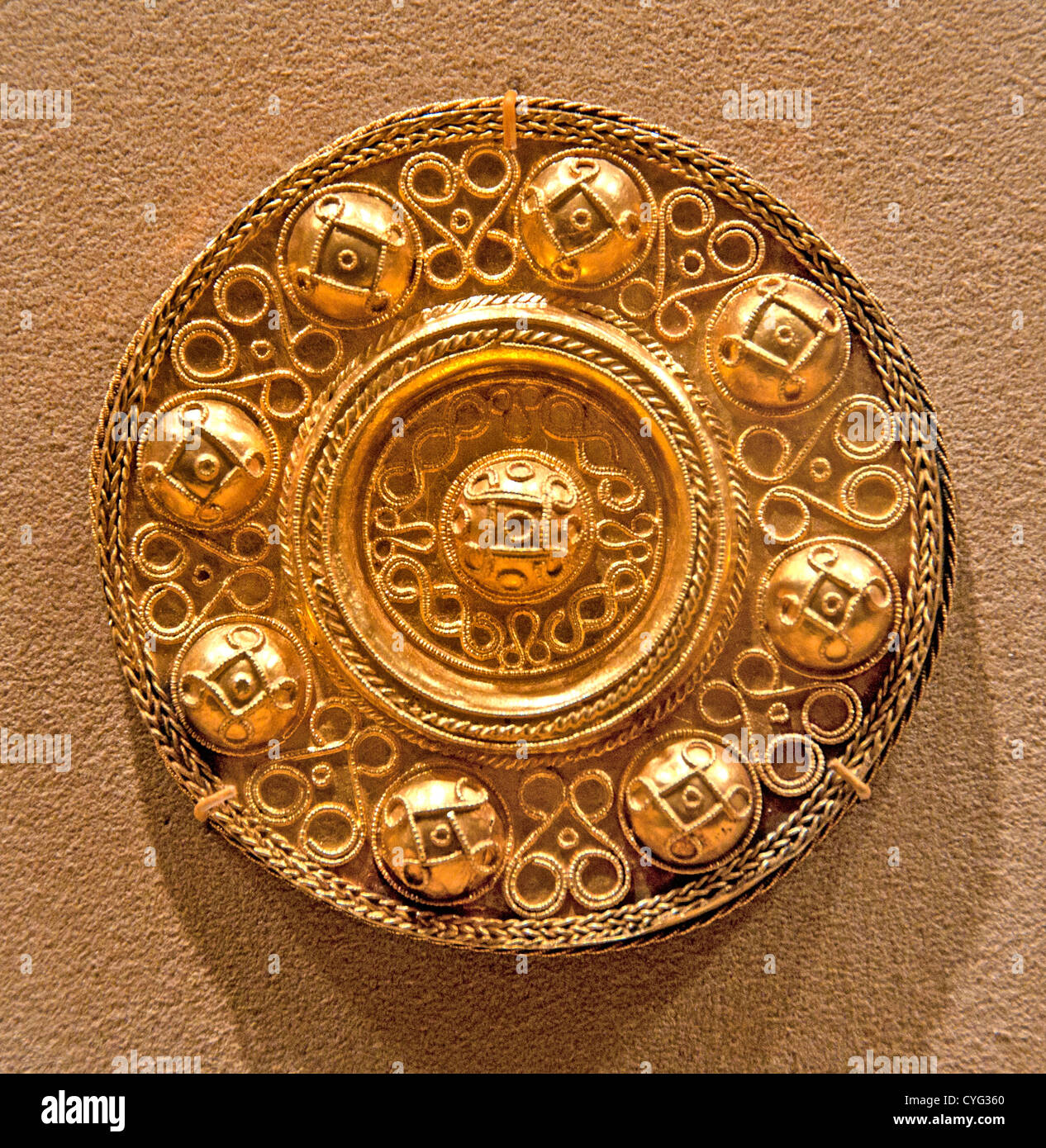 Disk Brooch 600 Langobardic Gold wire filigree 8 cm Lombards  Langobards Germanic German tribe 568 - 790 Kingdom - Stock Image