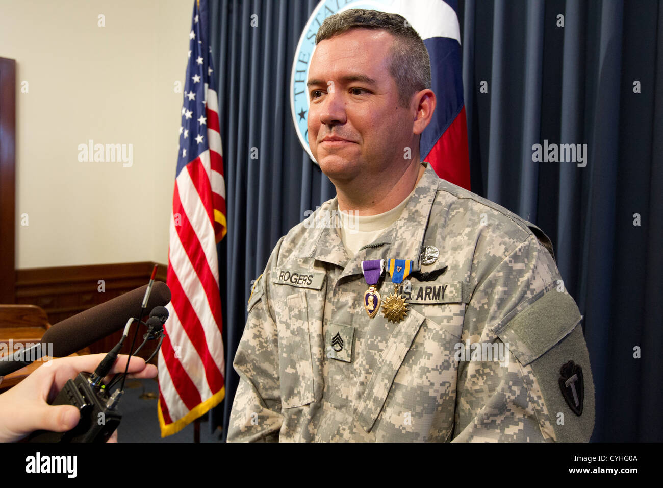 Staff Sergeant Patrick Rogers talks to the media after receiving the Purple Heart from Texas Governor Rick Perry - Stock Image