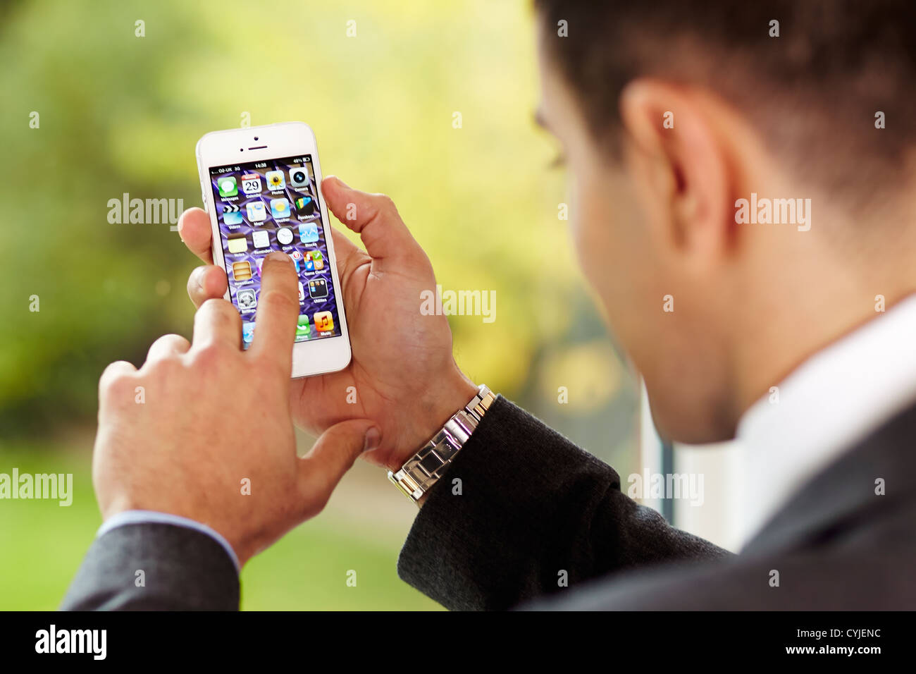 Man using iPhone 5 - Stock Image