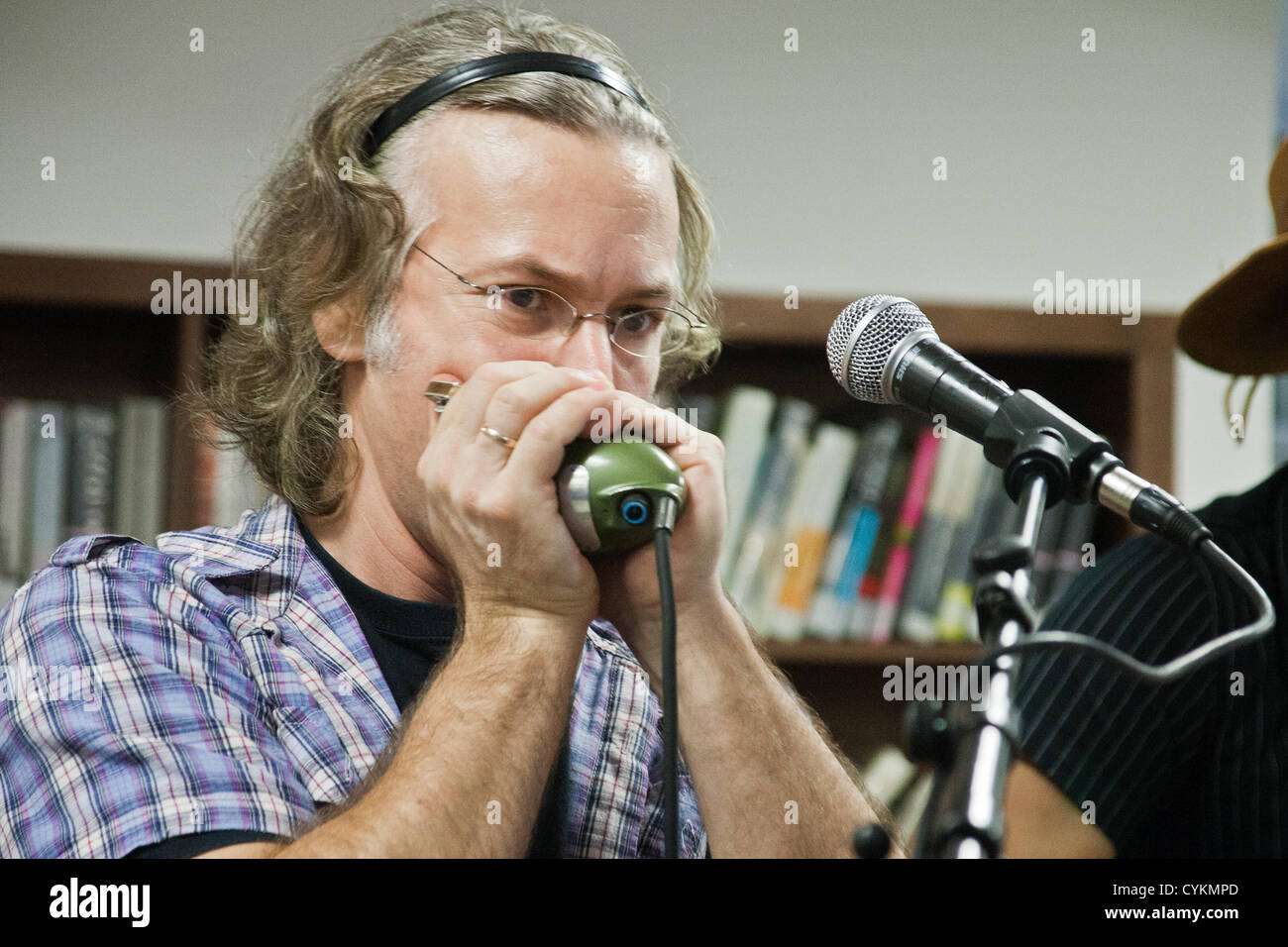 Typical American live music entertains Americans at the American Center in Jerusalem as they assemble to monitor - Stock Image