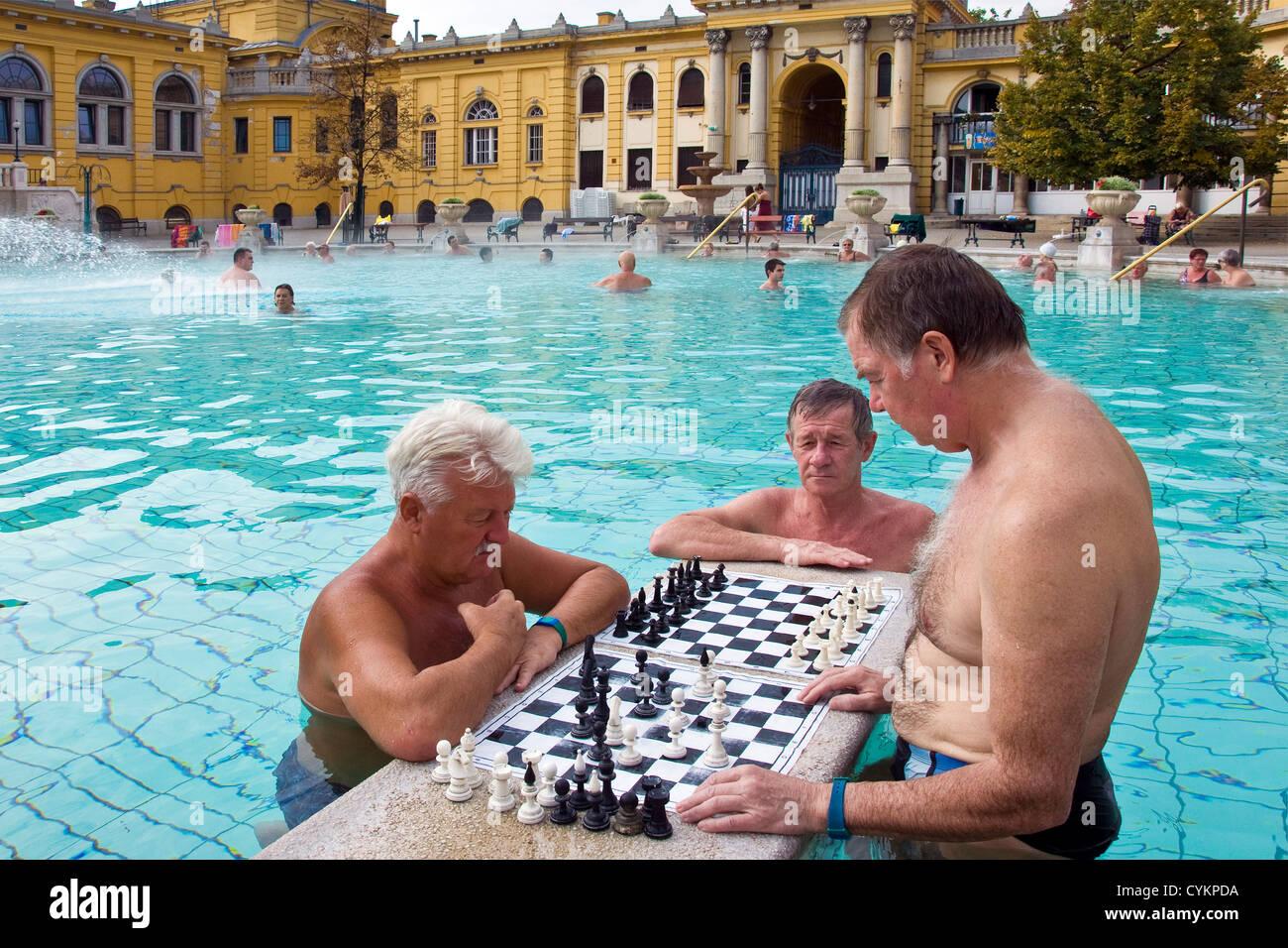Hungary, Budapest, Széchenyi (Szechenyi) thermal Baths, spa and swimming pool, chess players - Stock Image