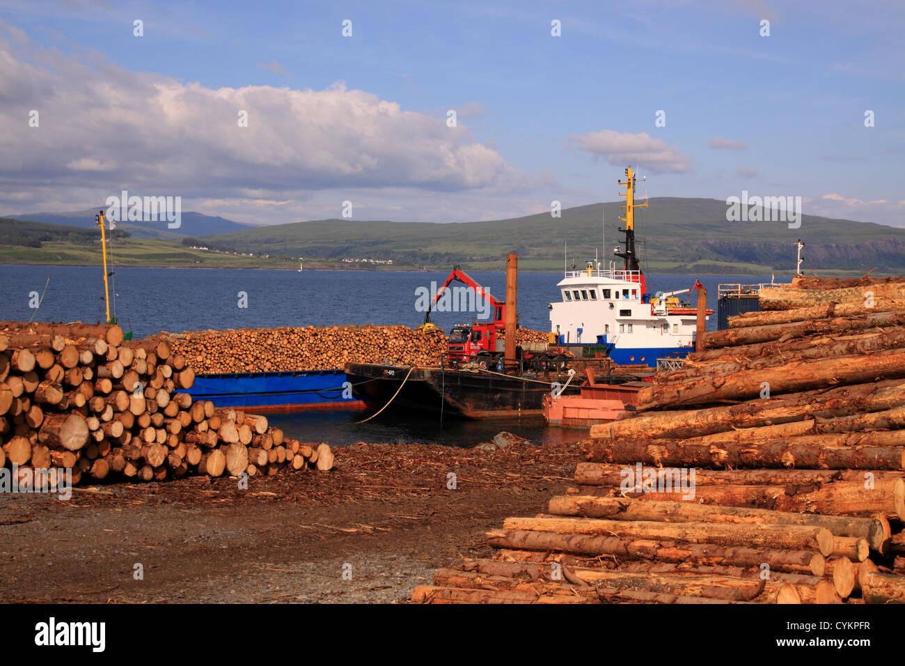 UK Scotland Isle of Mull loading timber onto ship - Stock Image