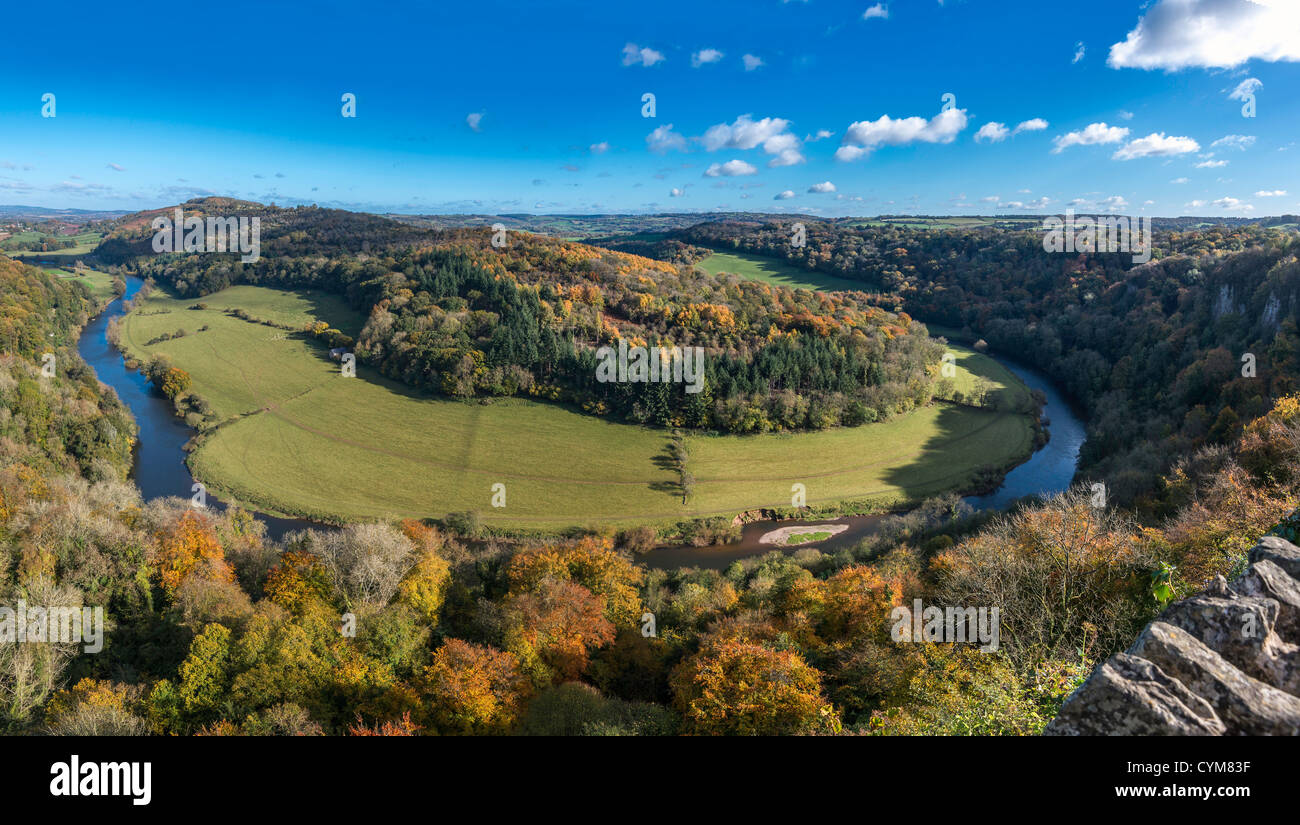 VIEW OF RIVER WYE FROM SYMONDS YAT ROCK VIEWPOINT SHOWING CURVE IN RIVER IN AUTUMN. ENGLAND UK - Stock Image