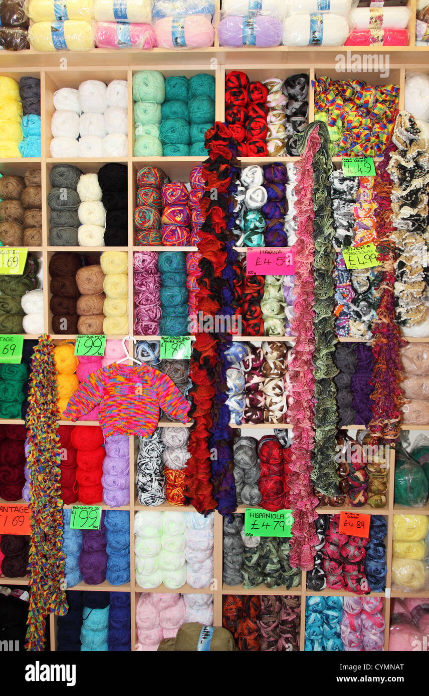 Colourful balls of wool on shelves - Stock Image