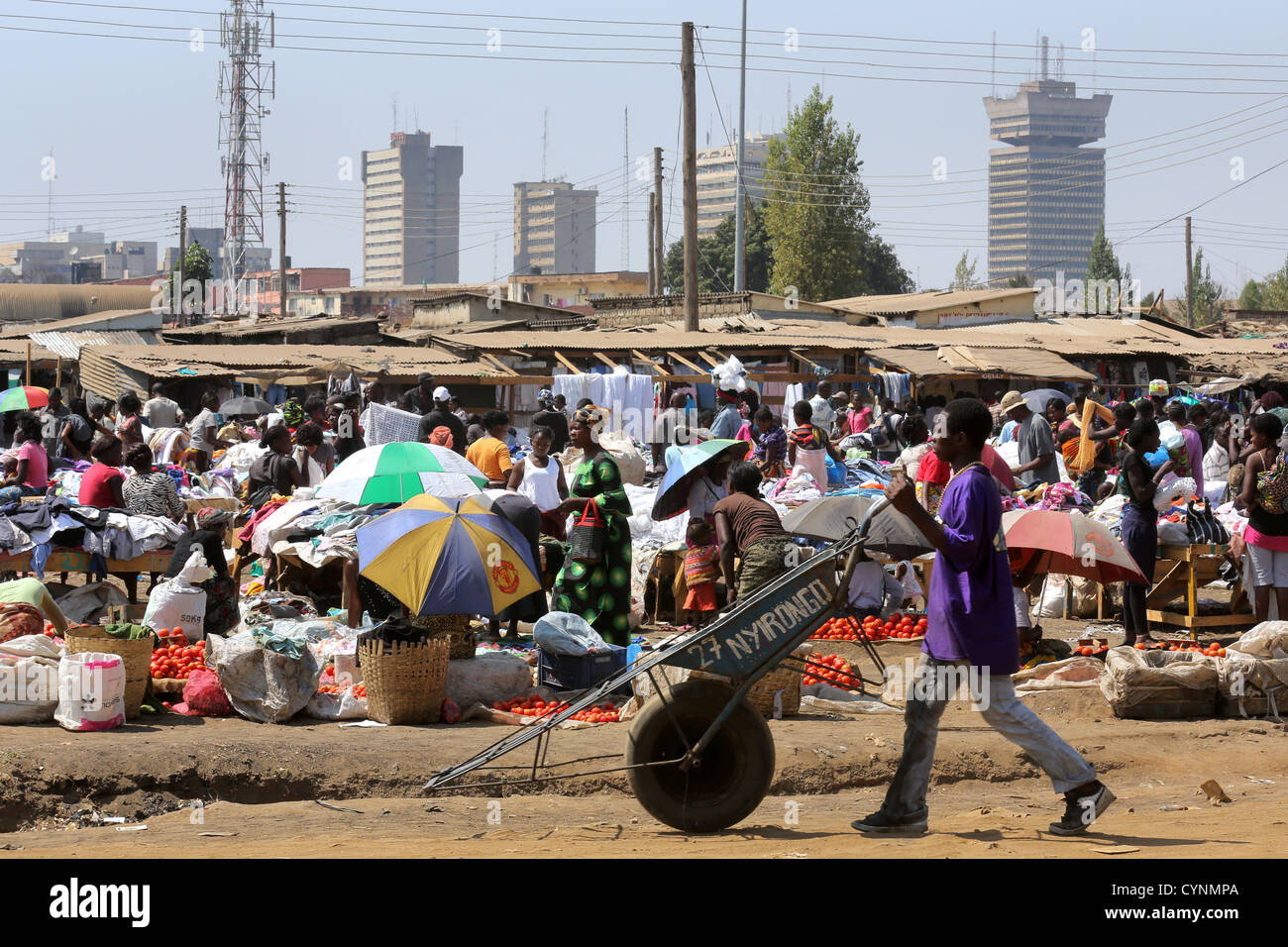 Old-Soweto market in Lusaka, Zambia. Skyscrapers of the city in the background, Findeco house at the right - Stock Image