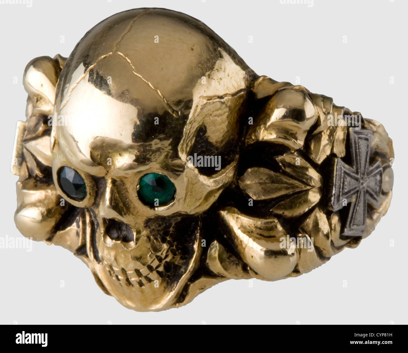 A gold death's-head ring, the eyes inlaid with cut emeralds set à jour. Finely chiselled work with laurel - Stock Image