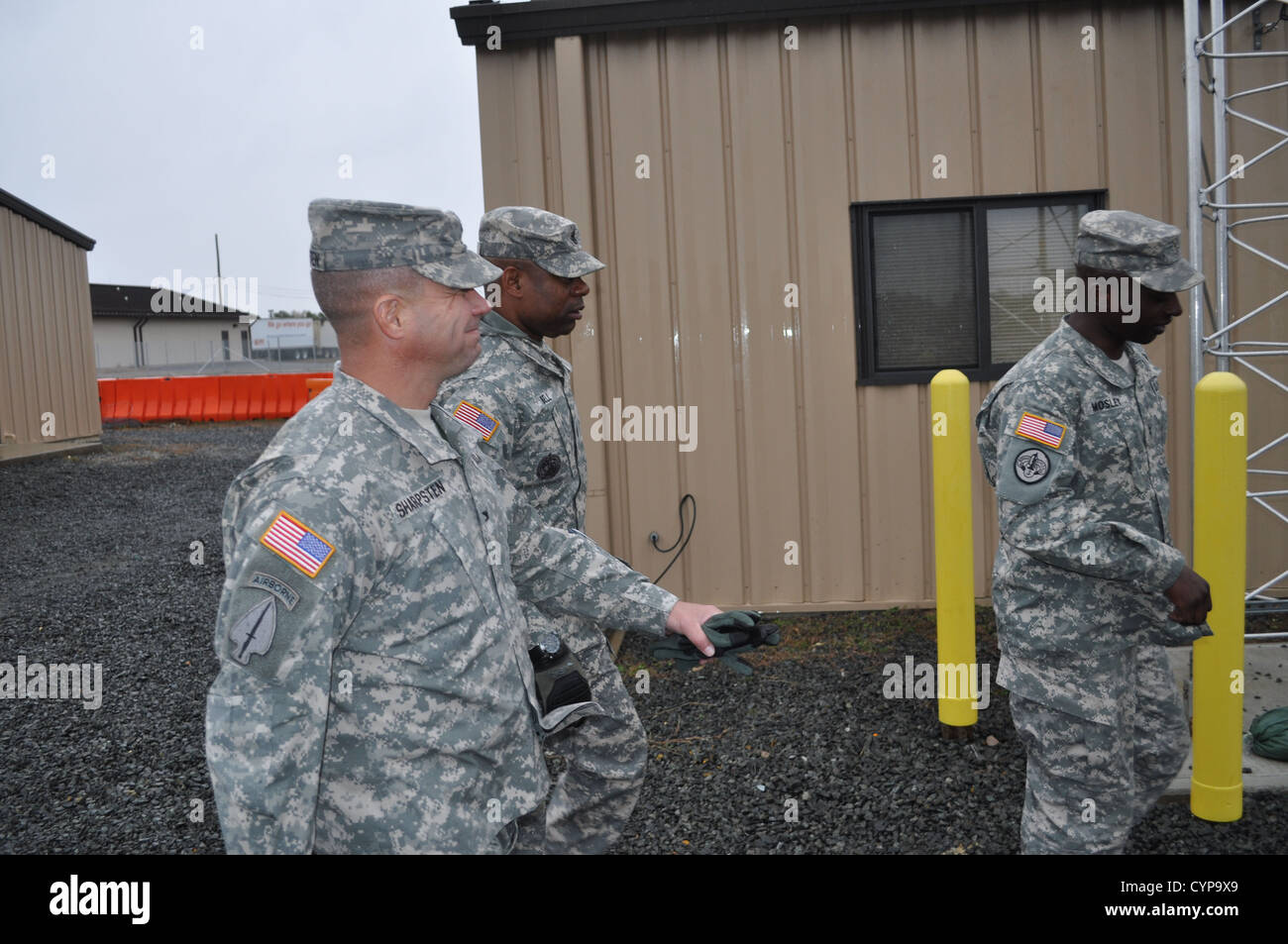Chief Warrant Officer 2 Vaughn Mosely (right), a petroleum systems technician with the 108th Quartermaster Company - Stock Image