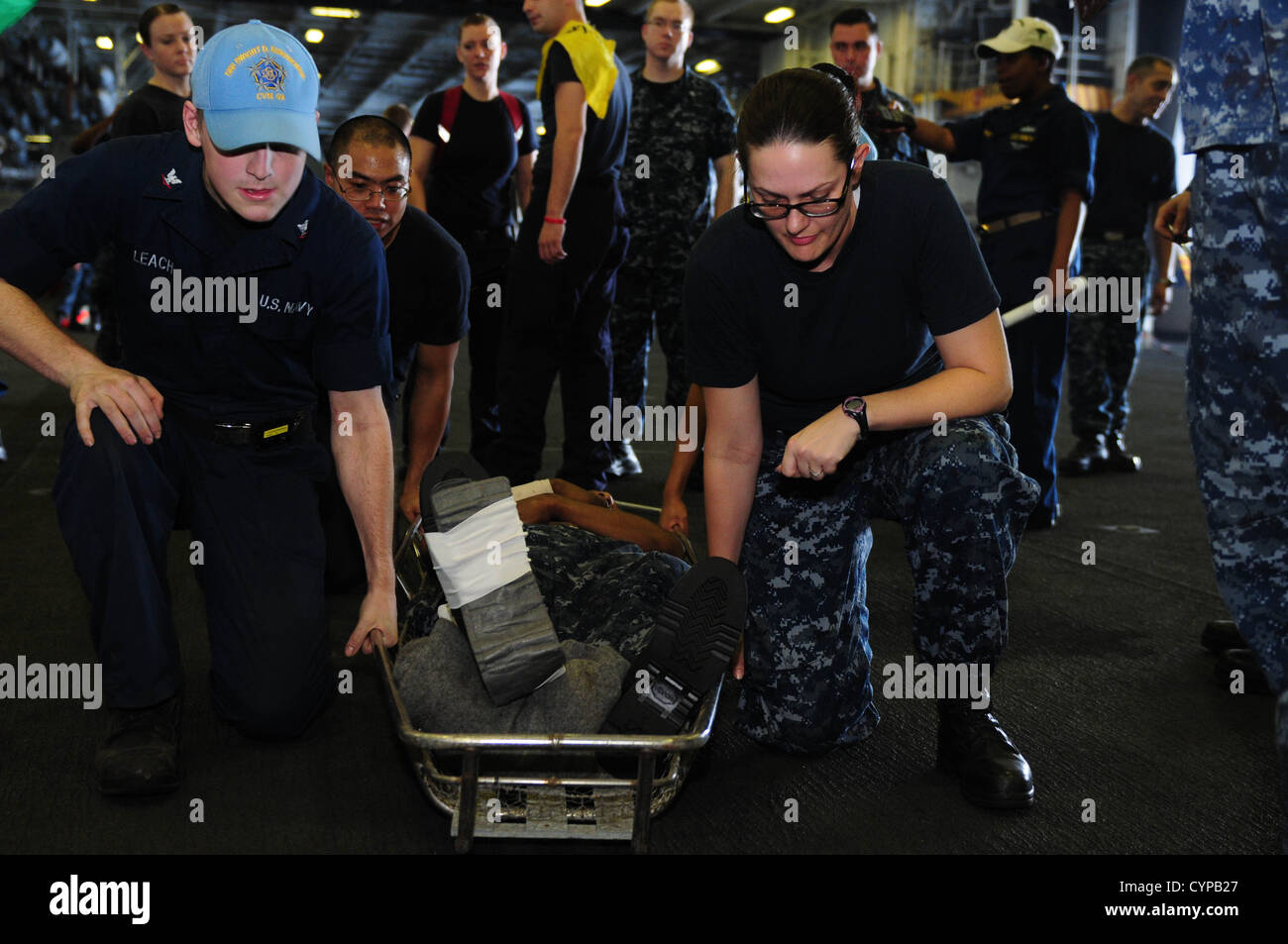 U.S. 5TH FLEET AREA OF OPERATIONS (Nov. 5, 2012) Sailors prepare to lift a stretcher during a mass casualty drill - Stock Image