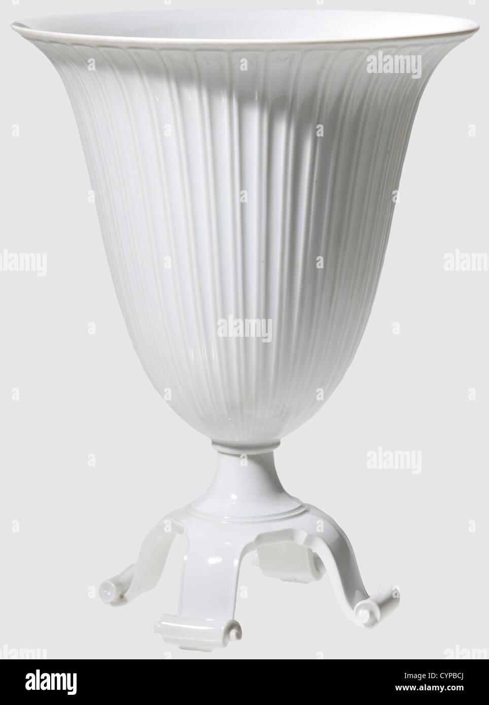 A krater vase, Allach Porcelain Factory Design by Adolf Röhring. Model number '515'. White, glazed - Stock Image