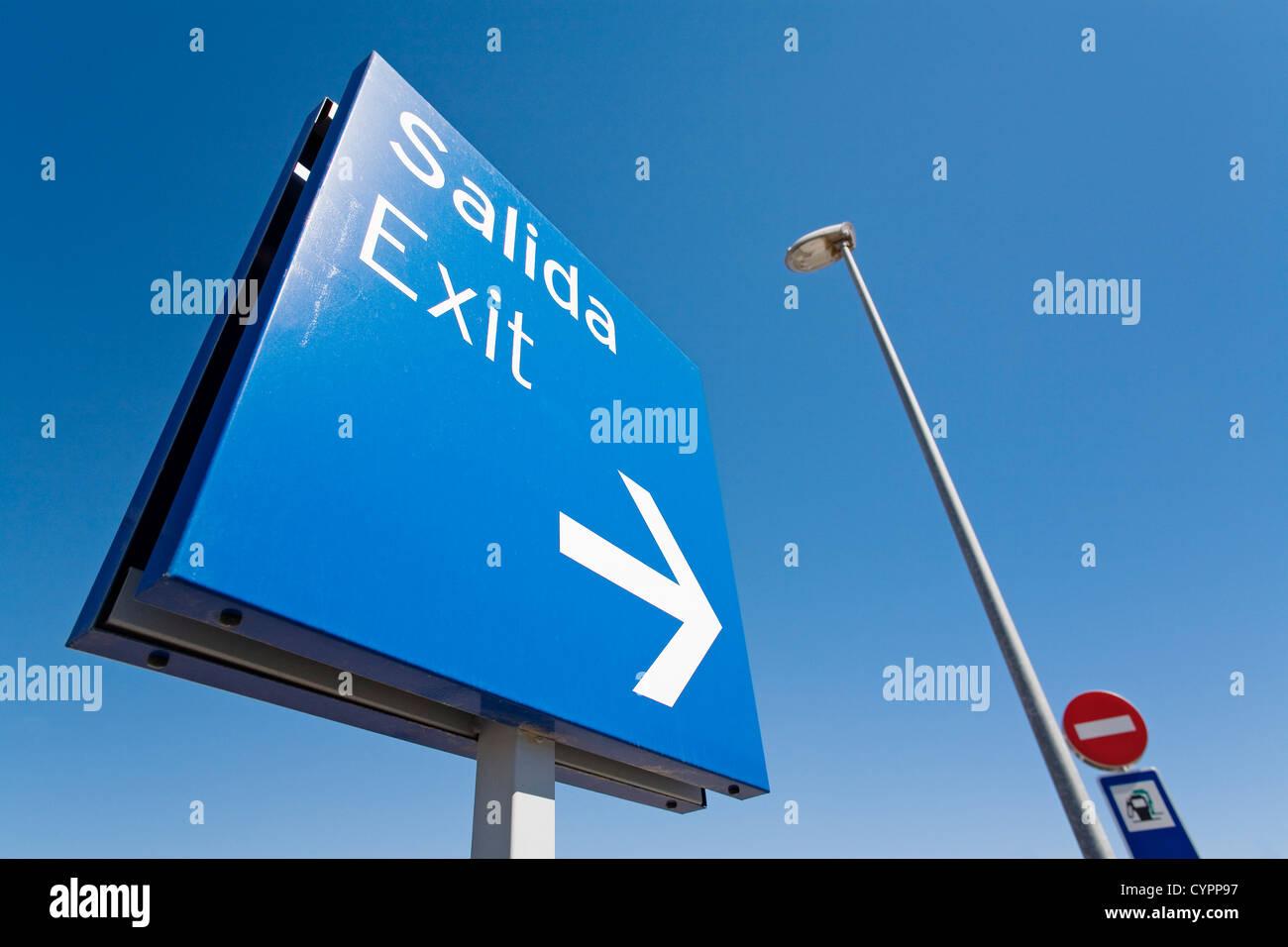 output signal at a shopping center señal de salida en un centro comercial - Stock Image