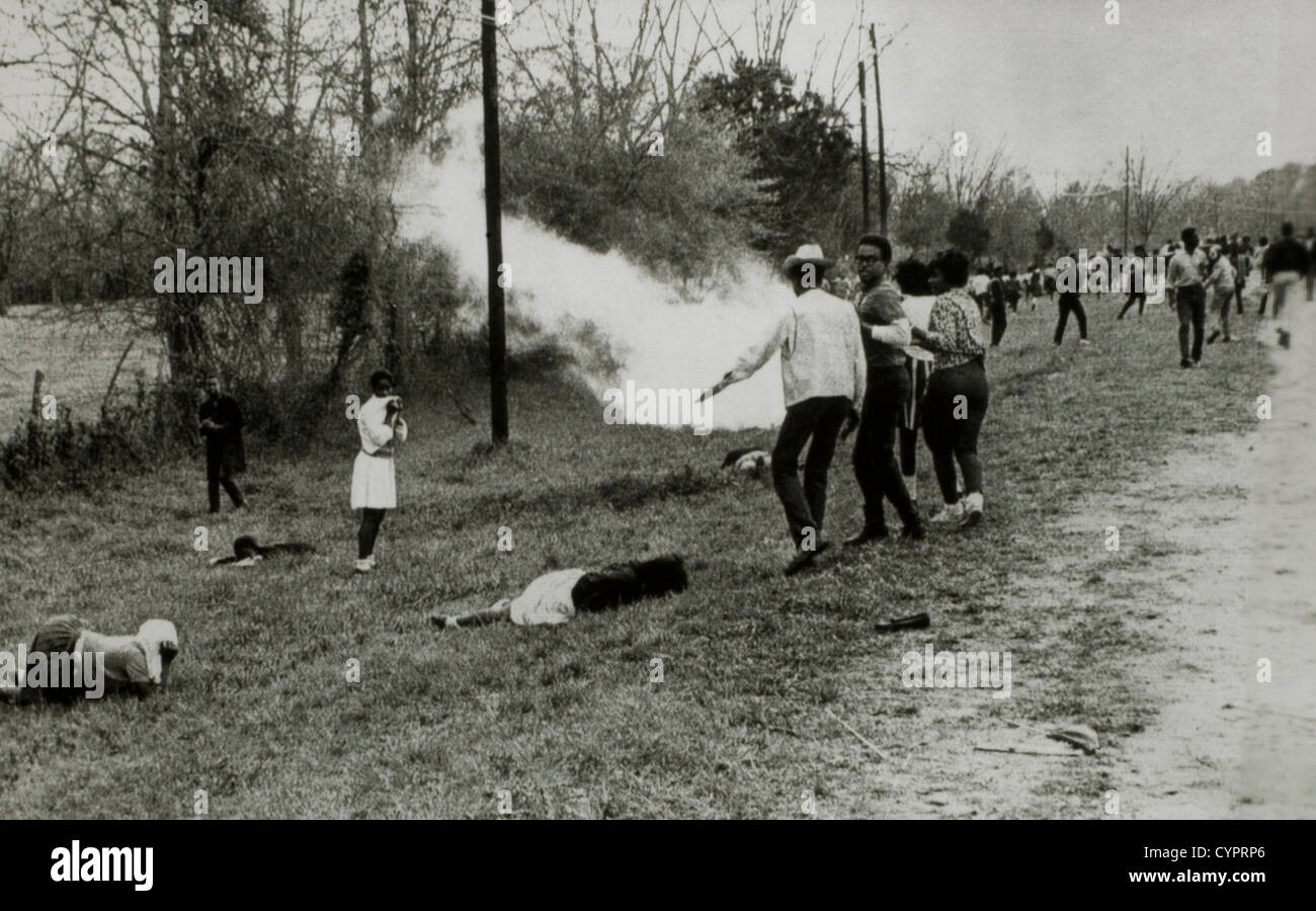 Civil Rights Demonstrators Scatter after Police Throw Smoke Bombs, Camden, Alabama, USA, March 31, 1965 - Stock Image