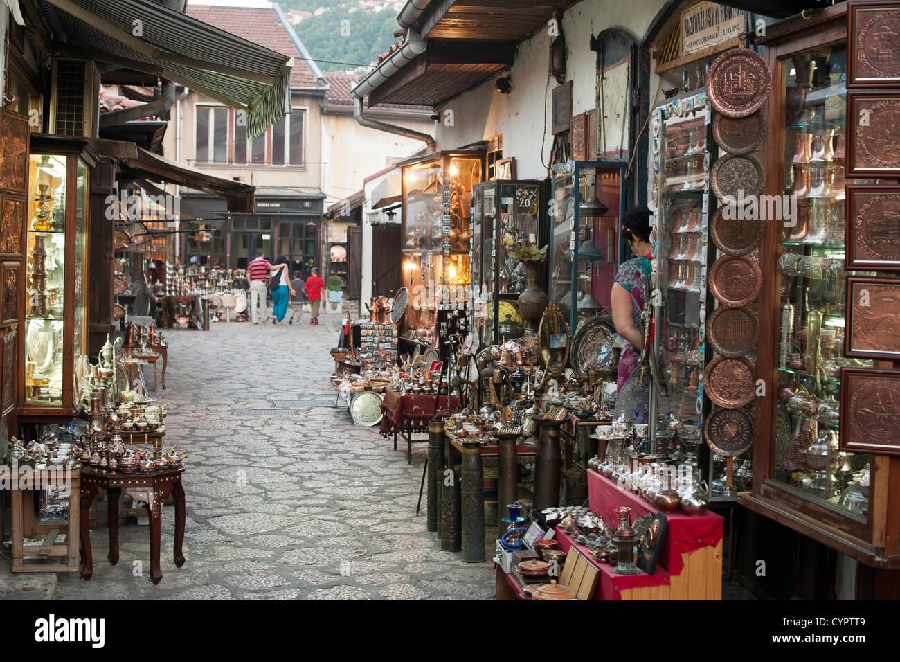 Stalls and shops in the side streets of the Baščaršija (bazaar) in Sarajevo in Bosnia Herzegovina. - Stock Image
