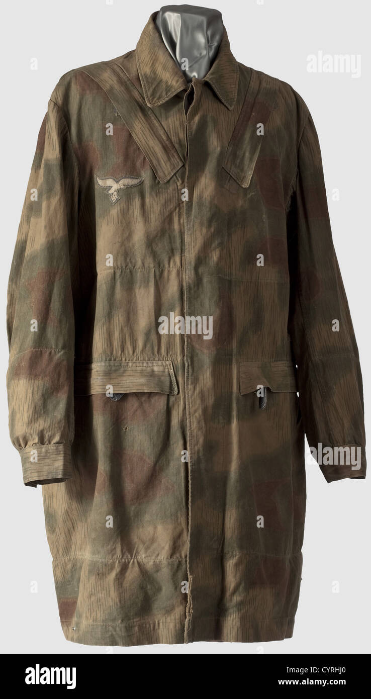 A paratrooper's smock, so-called 'Knochensack', 3rd model in 'Sumpftarn' (water) camouflage - Stock Image
