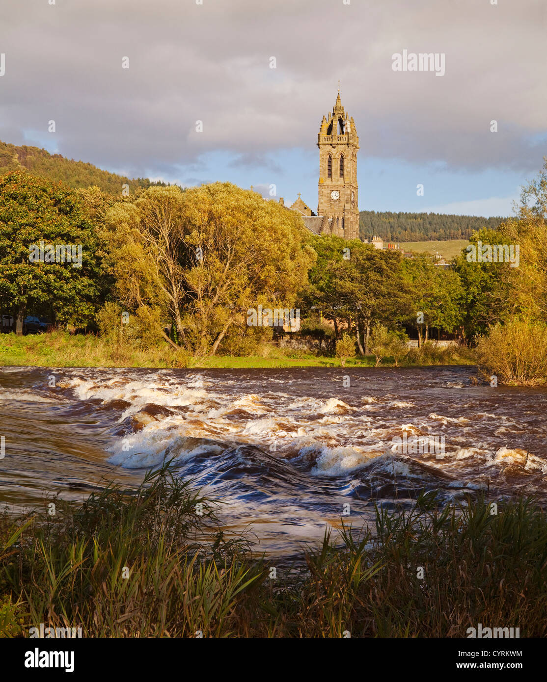 The Cauld (weir) on the River Tweed and Peebles Parish Church - Stock Image