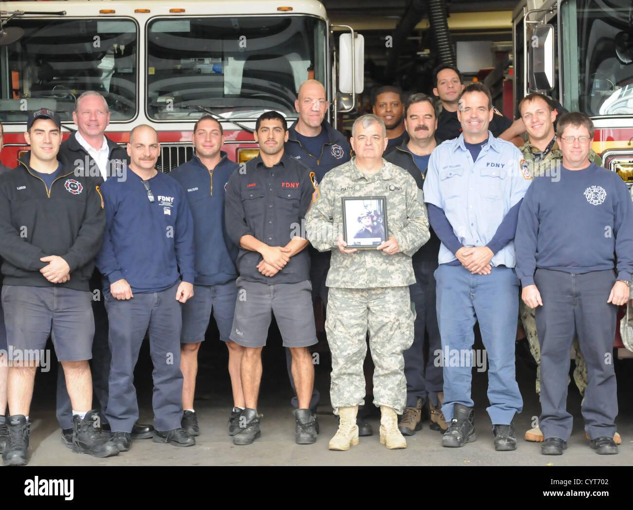 U.S. Army Maj. Gen. Jeff W. Mathis III, commander, Joint Force Land Component Command Coordination Element, met - Stock Image