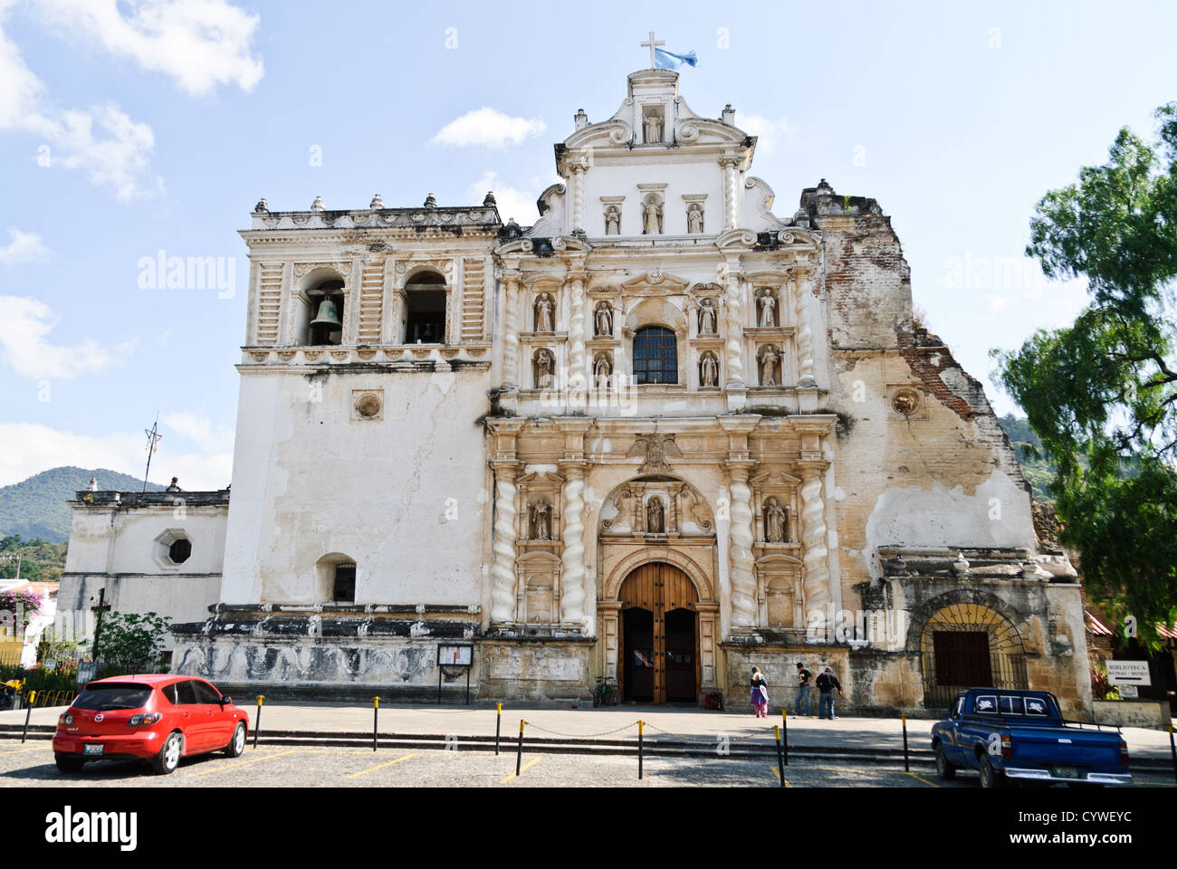 The front of Iglesia de San Francisco in Antigua, Guatemala, partially damaged by some of the many earthquakes the - Stock Image