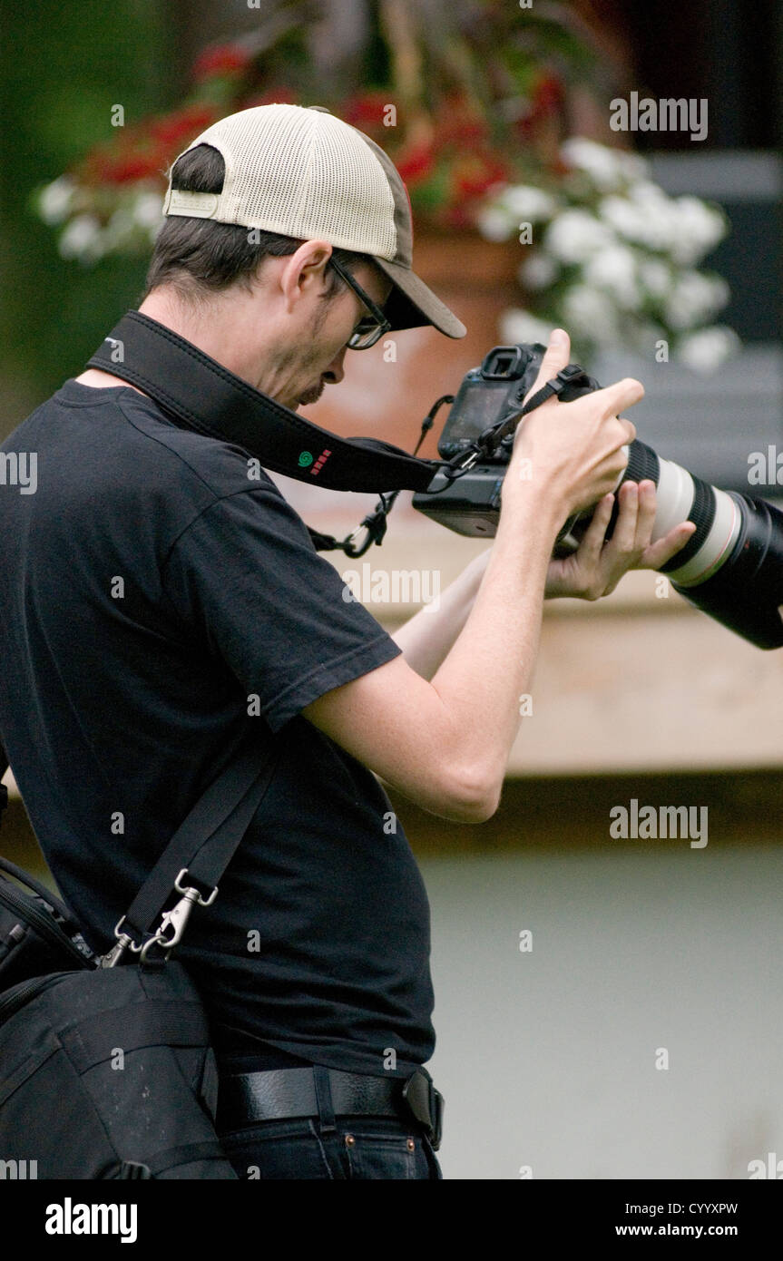 professional photographer photographers press news newspaper digital photography paparazzi camera cameras exposure - Stock Image