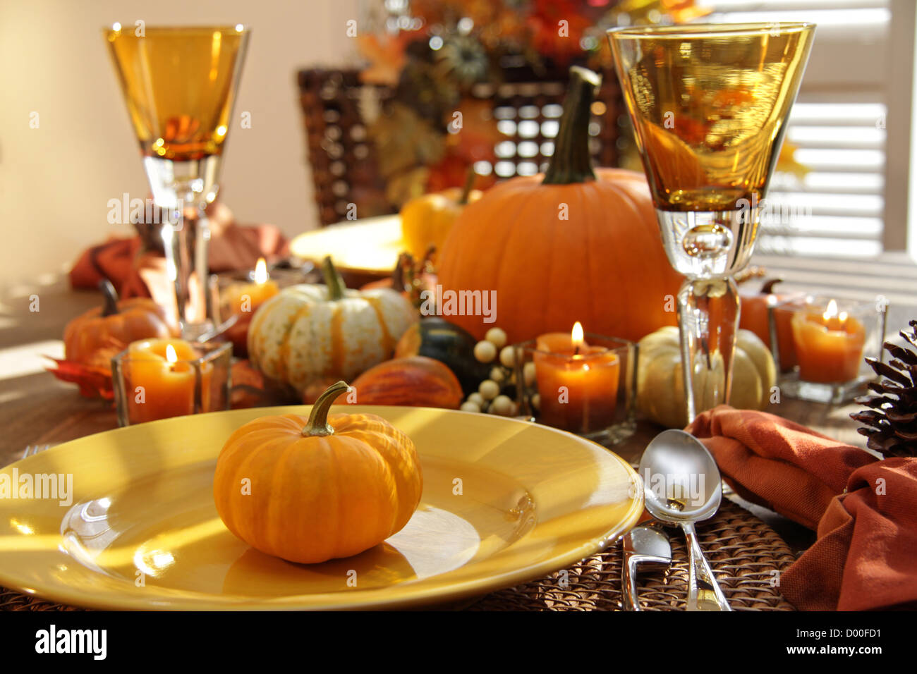 Place settings ready for Thanksgiving - Stock Image