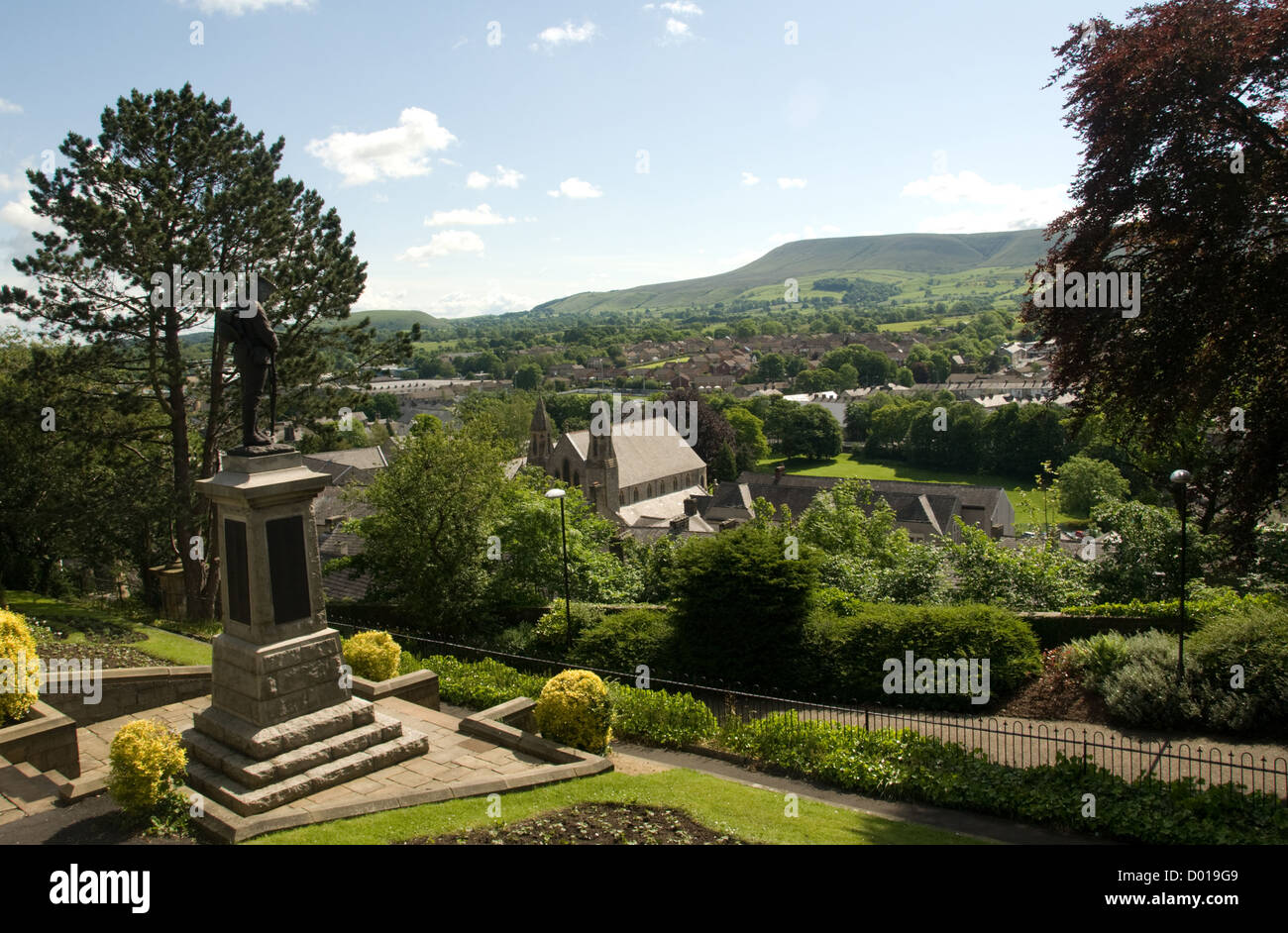 LANCASHIRE; CLITHEROE; VIEW OF PENDLE HILL FROM CLITHEROE CASTLE RAMPARTS WITH WAR MEMORIAL IN FOREGROUND - Stock Image