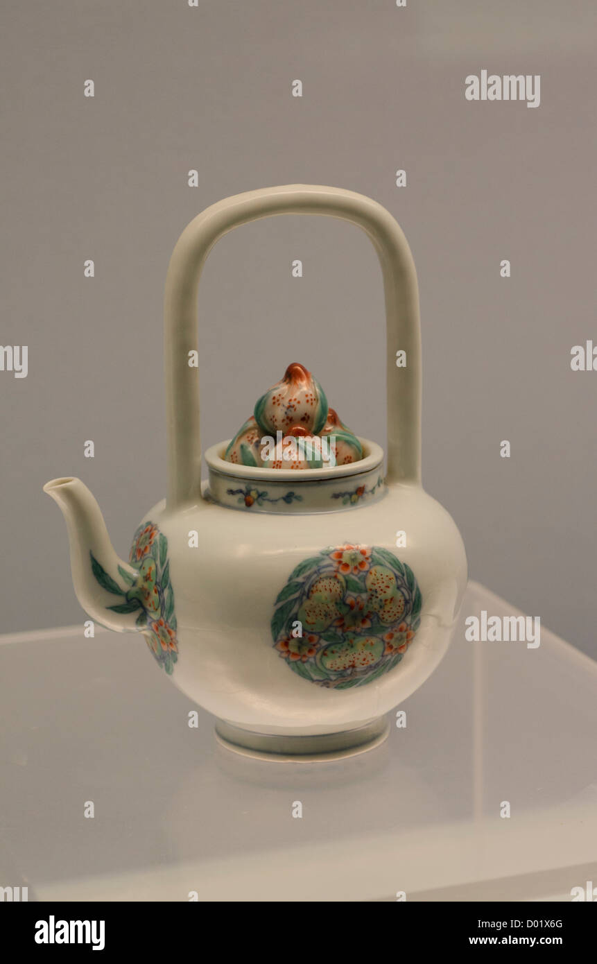 China, Shanghai, Shanghai Museum. Ancient china and porcelain collection. Ewer (tea pot) with handle, Jingdezhen Stock Photo