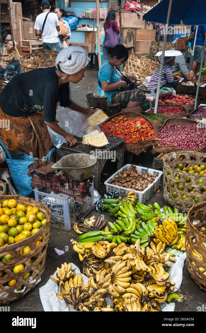 Woman selling fruit and vegetables, at the market in Ubud, Bali, Indonesia - Stock Image