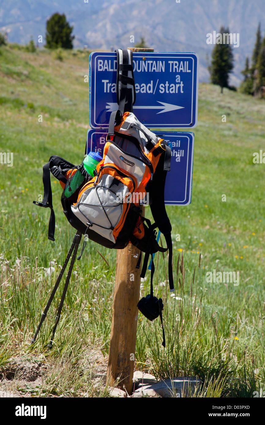 Idaho, Ketchum, Sun Valley, Trail sign and rucksack - Stock Image