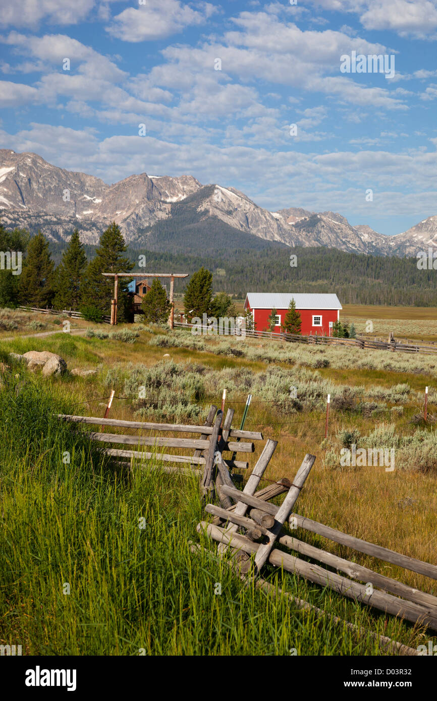 Idaho, Sawtooth National Recreation Area, Stanley, Red barn and Sawtooth Mountains - Stock Image