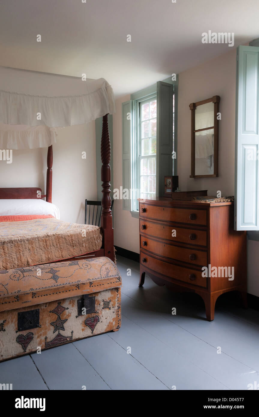 four poster bed and chest of drawers in bedroom at the nathanel
