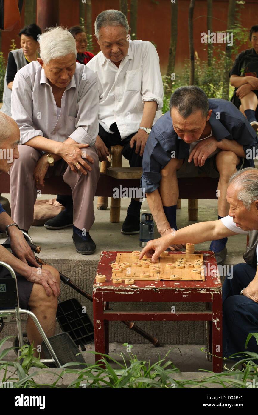 Men playing Xiangqi in Wenshu Temple, Chengdu - Stock Image