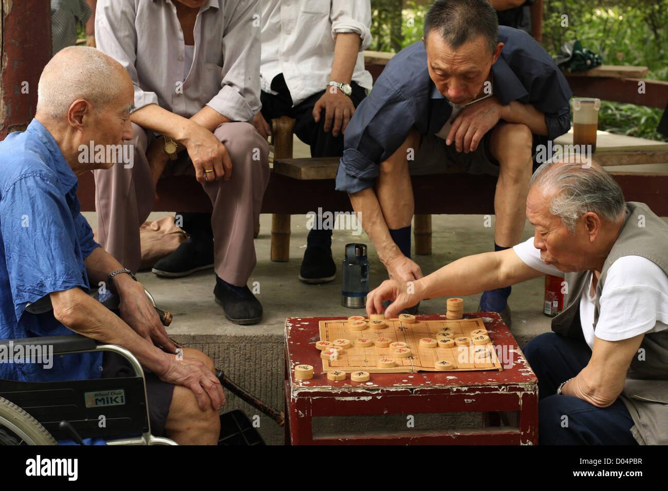 Old men playing Xiangqi, Wenshu Temple, Chengdu, Sichuan, SW China - Stock Image