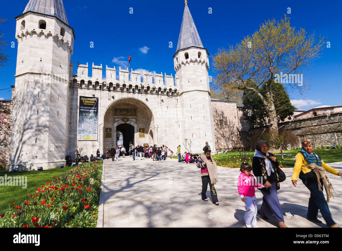 People at the entrance of Topkapi Palace. Istanbul, Turkey - Stock Image