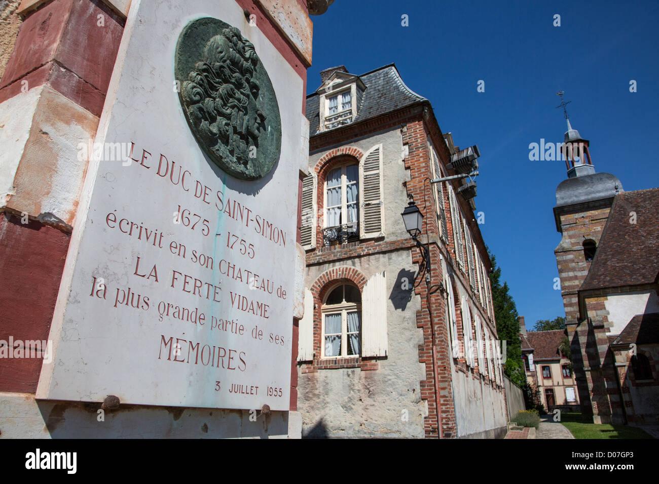 STELE IN MEMORY OF THE DUKE DE SAINT-SIMON (1675-1755) LA FERTE-VIDAME EURE-ET-LOIR (28) FRANCE - Stock Image