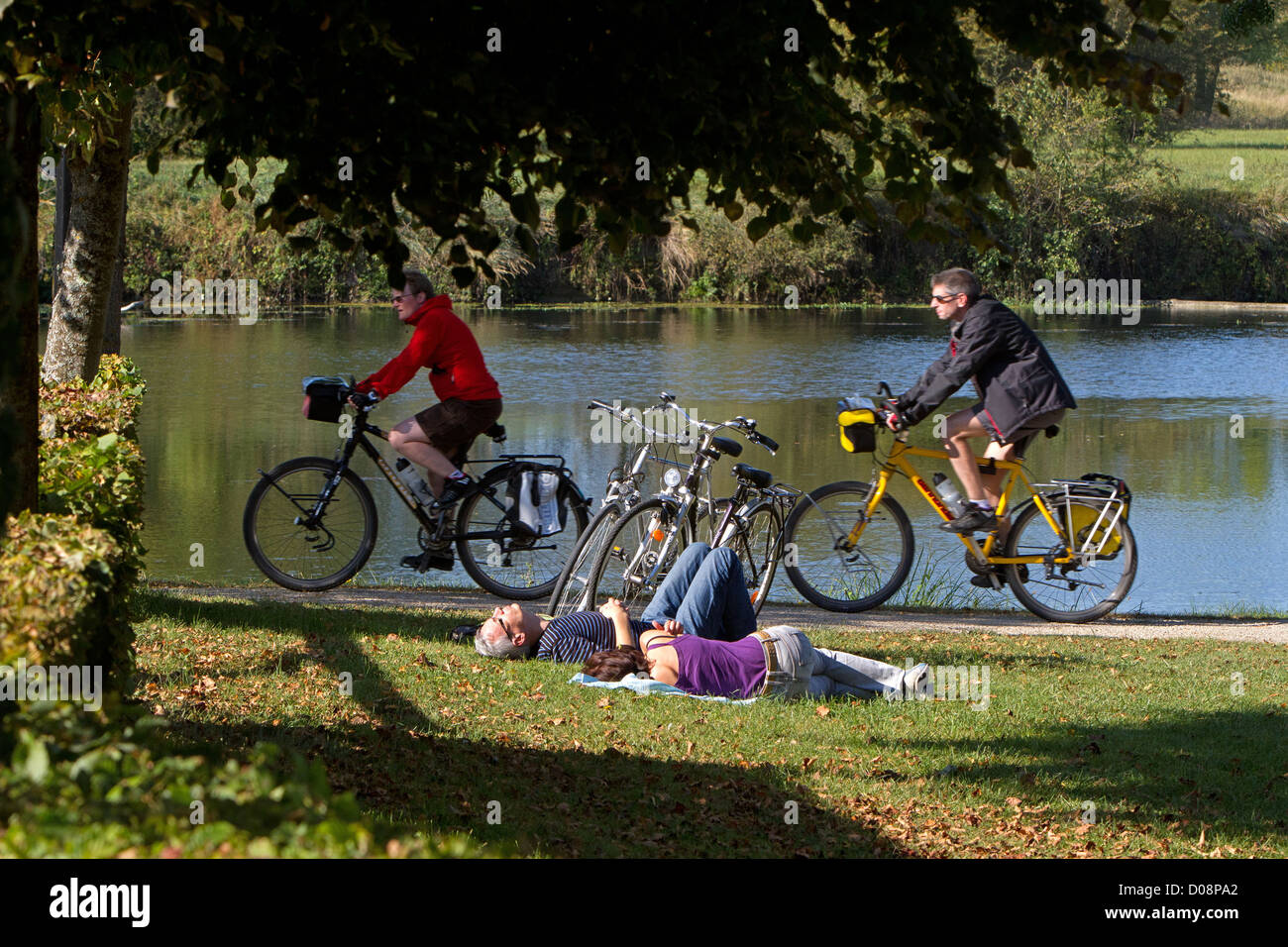 CYCLISTS ON THE 'LOIRE A VELO' CYCLING ITINERARY SAVONNIERES INDRE-ET-LOIRE (37) FRANCE - Stock Image