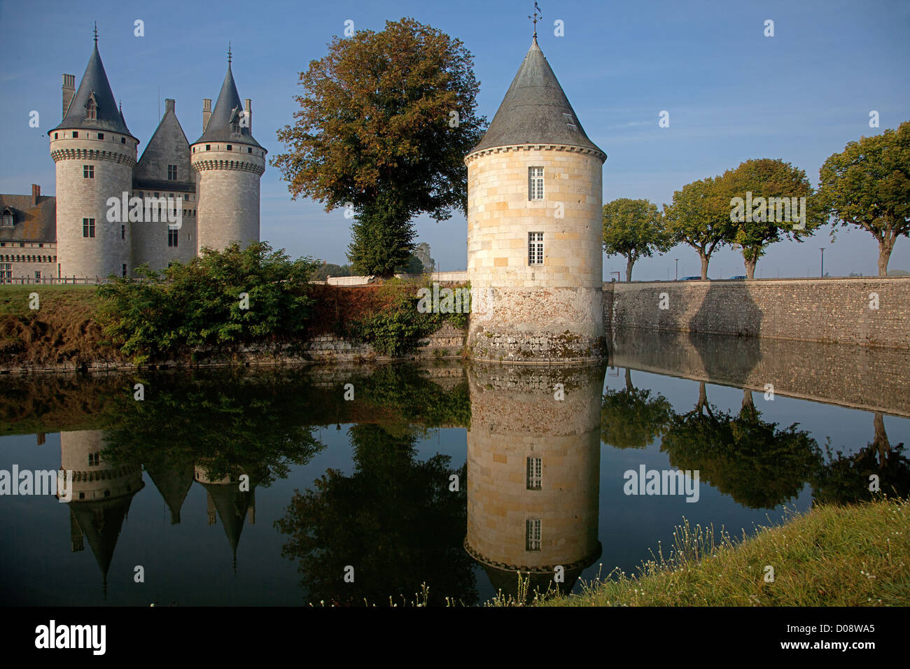 MOATS AND THE RENAISSANCE CHATEAU OF SULLY-SUR-LOIRE IN THE EARLY MORNING LOIRET (45) FRANCE - Stock Image