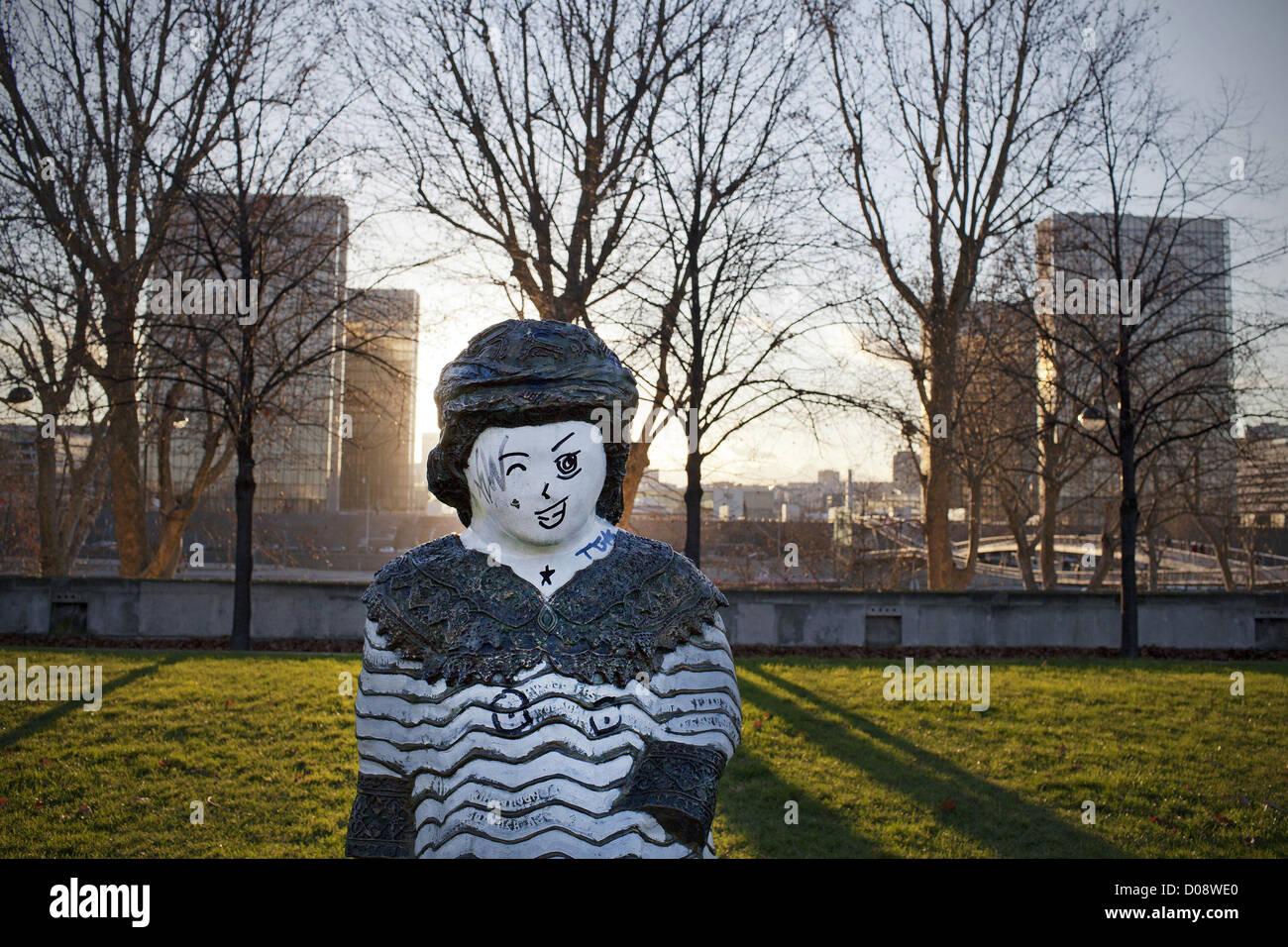 STATUE 'CHILDREN OF THE WORLD' PARC DE BERCY PARIS FRANCE - Stock Image