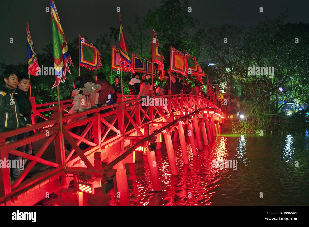 BRIDGE OF THE RISING SUN THE RED HUC BRIDGE OVER HOAN KIEM LAKE HANOI VIETNAM ASIA - Stock Image