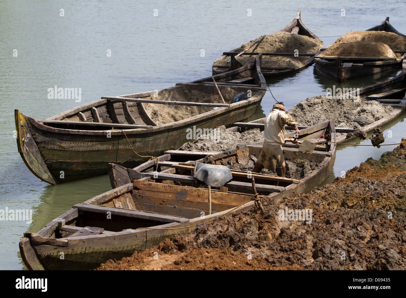 SAND MINERS IN BACKWATERS ZONE WHERE SAND IS EXTRACTED FOR USE AS FERTILIZER OR CONSTRUCTION MATERIAL NEDUNGOLAM - Stock Image