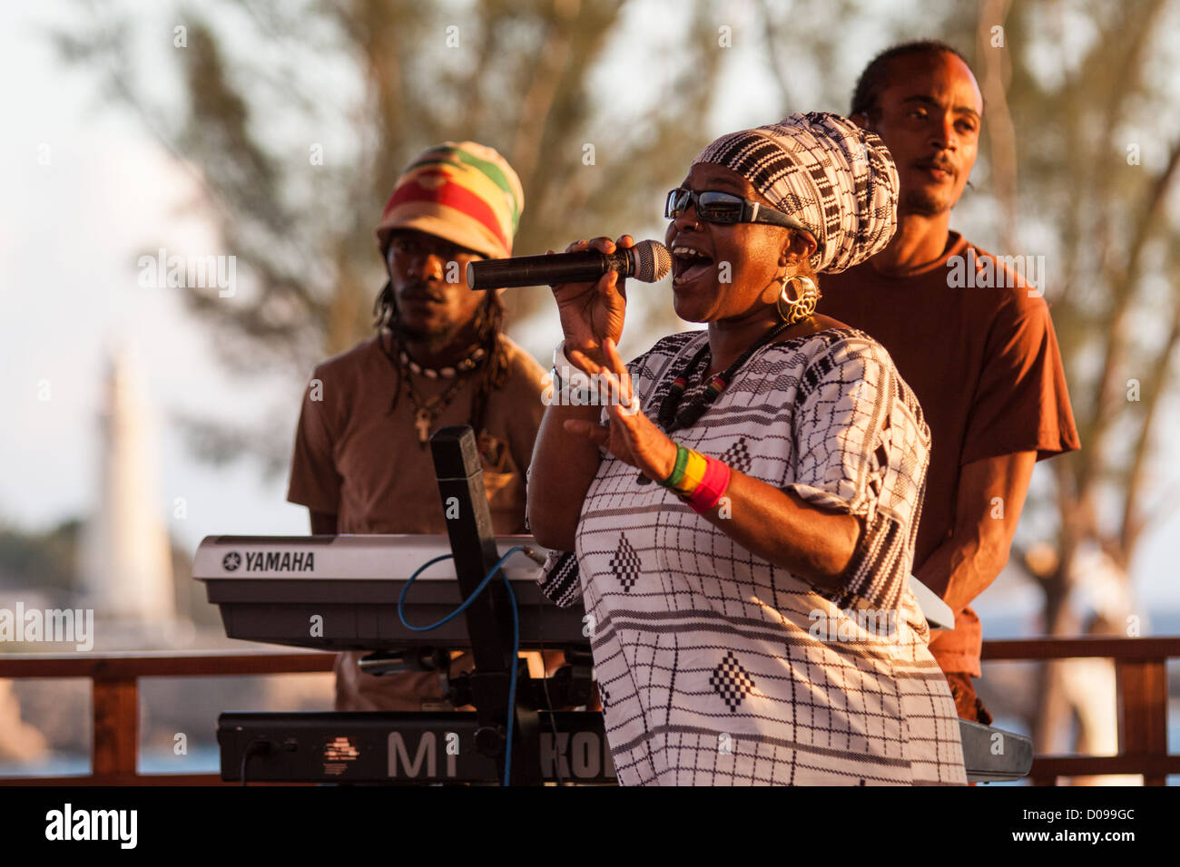 REGGAE SINGER AND HER BAND DURING A CONCERT AT RICK'S CAFE NEGRIL JAMAICA THE CARIBBEAN - Stock Image
