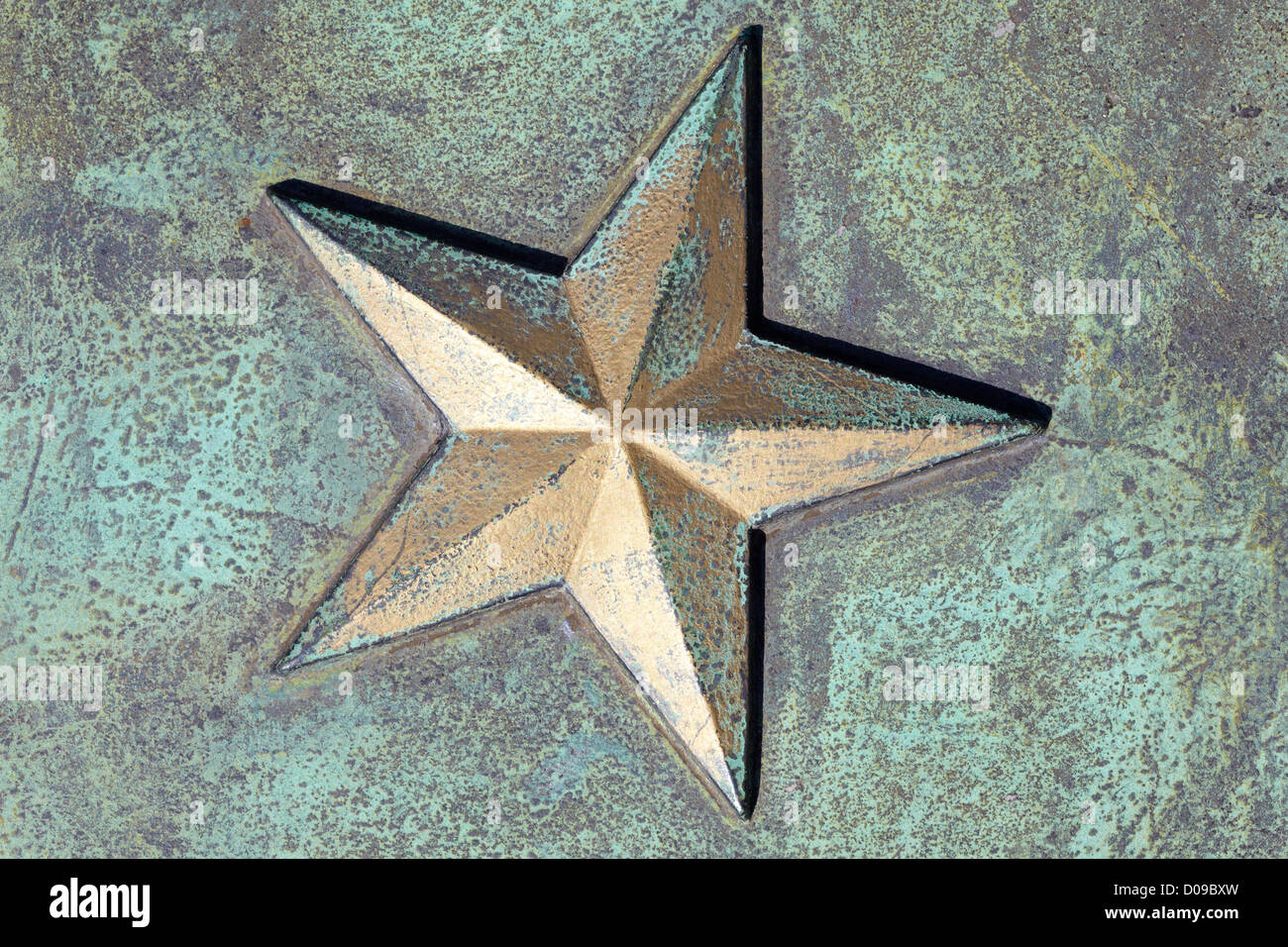 Golden star on rusty metal background - Stock Image