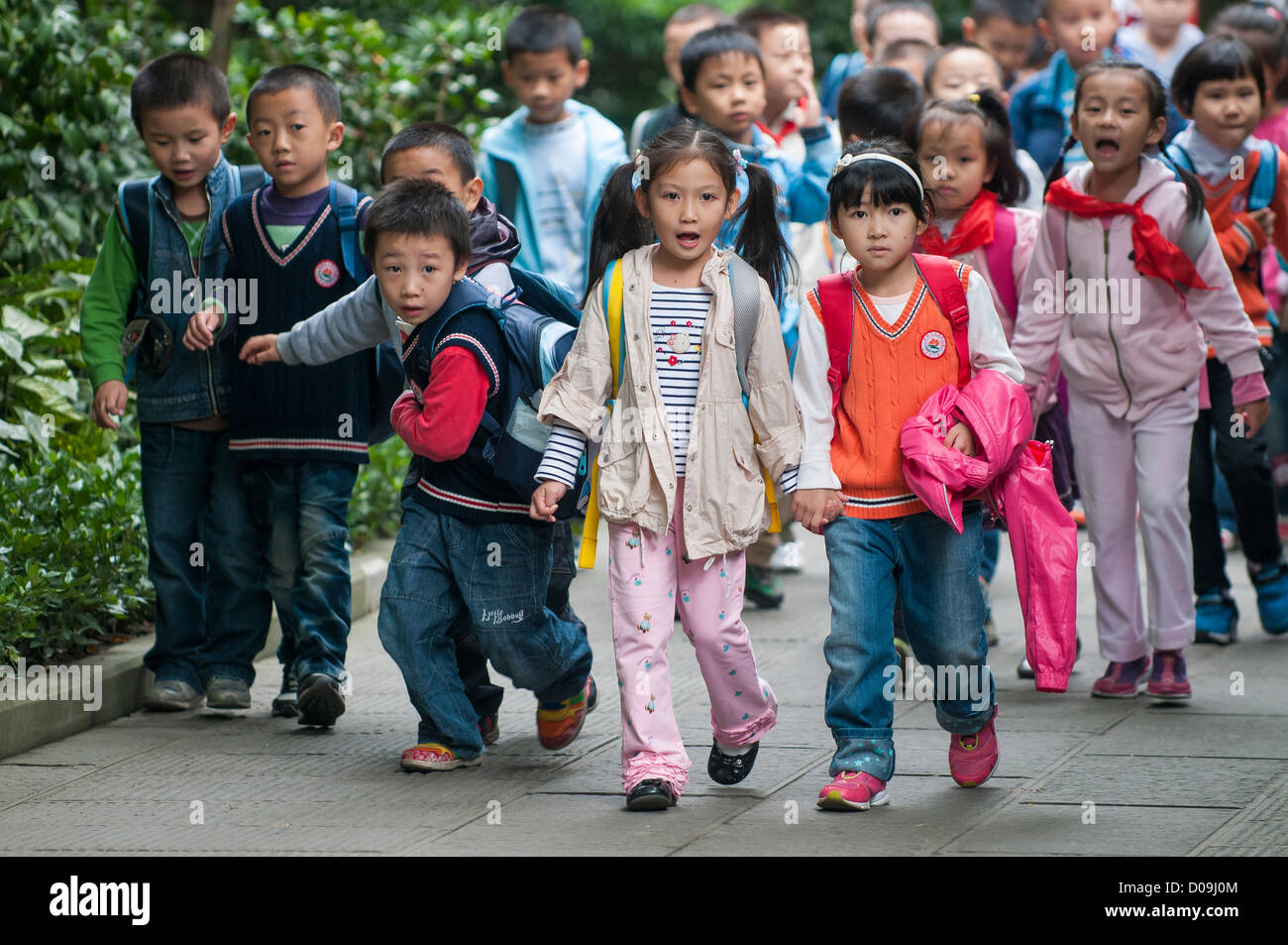 School children during outing in Wenhua Park, Chengdu, Sichuan Province, China - Stock Image