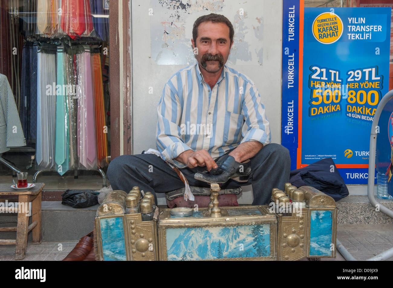 Shoeshiner, Mardin market, Anatolia, Eastern Turkey - Stock Image