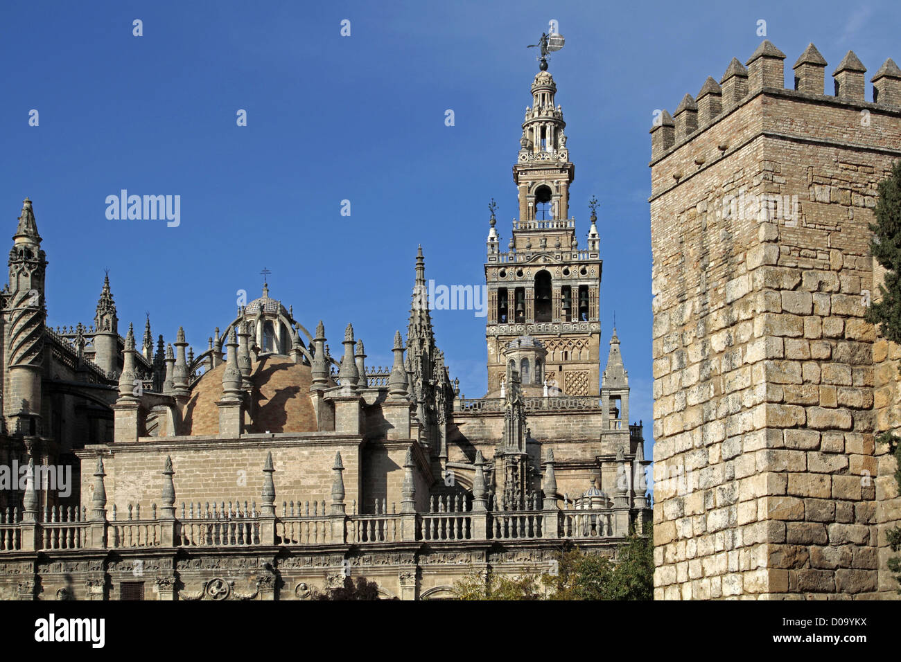 CATHEDRAL AND GIRALDA MOORISH TOWER OF THE OLD 12TH CENTURY GREAT MOSQUE SEVILLE ANDALUSIA SPAIN Stock Photo