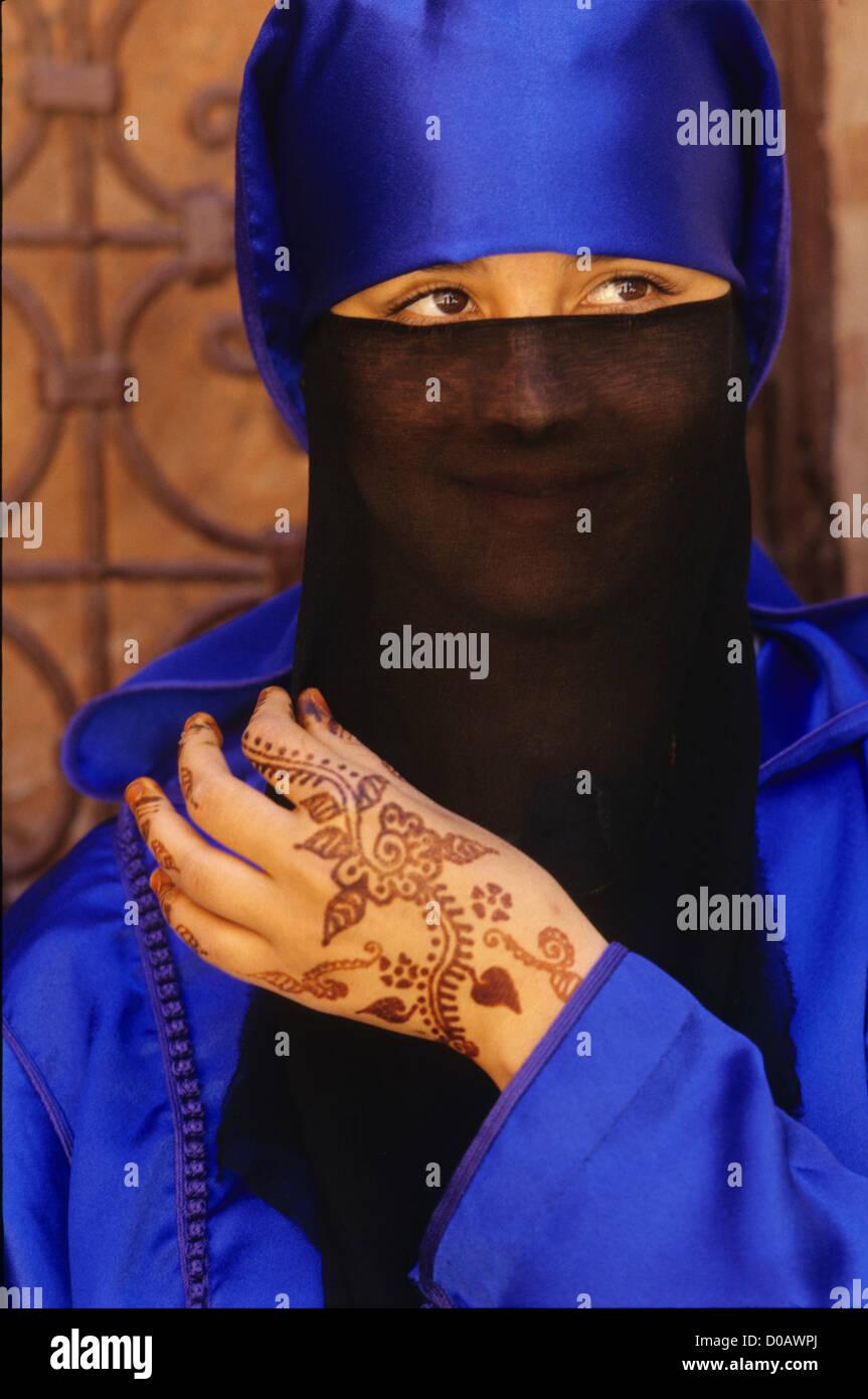 WOMAN WEARING BLUE DJELLABA TATTOOS REPRODUCING MOTIF EMBROIDERY MARRAKECH TRADITIONAL MAKE-UP MARRAKECH MOROCCO - Stock Image