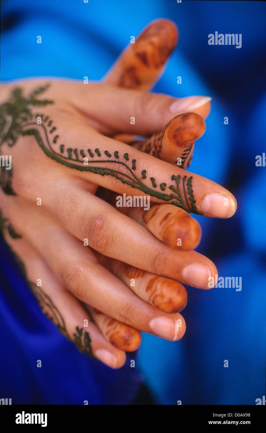 HANDS PAINTED WITH TEMPORARY TATTOOS REPRODUCING THE EMBROIDERY OF MARRAKECH TRADITIONAL MAKE-UP MARRAKECH MOROCCO - Stock Image